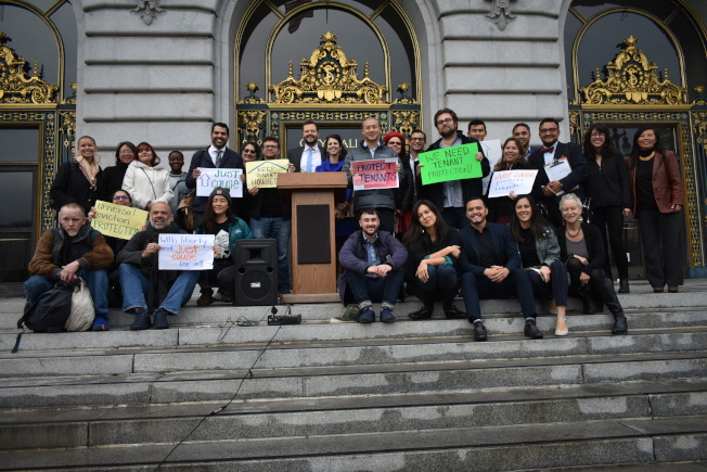35--楊馳馬和部分租客權益倡導者在市府門前召開記者會,要求擴大保護租客範圍。(記者黃少華/攝影)