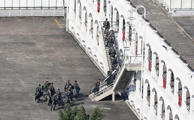 圖為駐守在槍會山營區的駐港解放軍部隊。(路透)