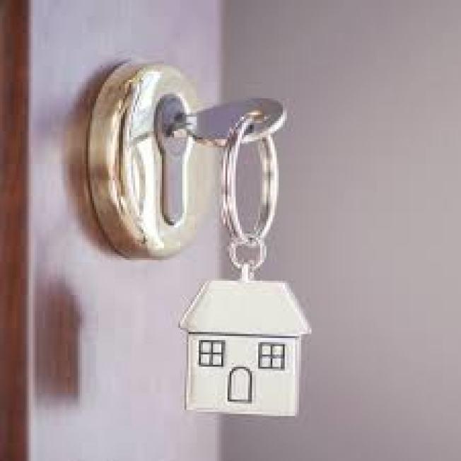 維吉尼亞州一名女子雖然就住在家中,卻透過垃圾郵件才發現這棟在自己名下近十年的房屋,所有權竟遭竊。(取自臉書)