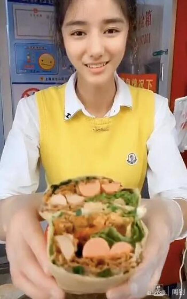 上海「95後」22歲的黃璐瑤,在寶山菜市場賣煎餅,有人說她笑起來像迪麗熱巴,被顧客拍成視頻上傳抖音而走紅,被網友稱為上海煎餅西施。曾想過如果有一天能做網紅,現在的夢想是靠自己的努力,把店鋪做大。取材自北青網