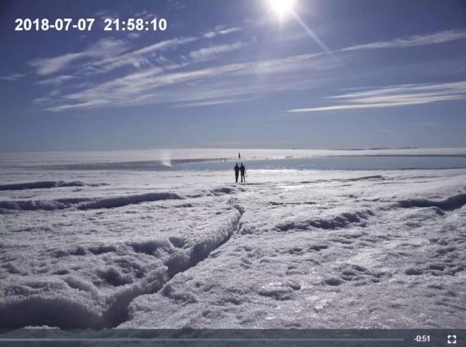 研究團隊利用無人機記錄下格陵蘭島冰原的部分冰層表面在夏天融化成湖,湖底出現裂縫讓湖水急速排乾的現象。(圖取自pnas.org)