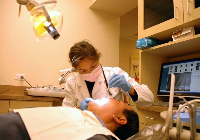 唐人街家庭牙醫中心的余佩櫻牙醫有二十餘年的治療經驗,專業牙齒護理服務有助預防多種口腔疾病。