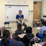 洛杉磯公羊隊華裔球星拜訪華埠小學