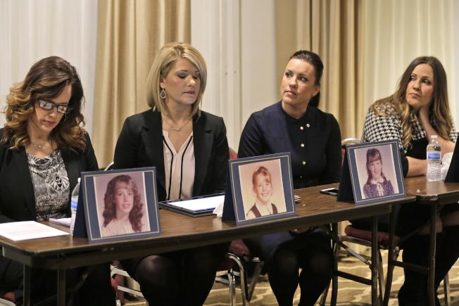 圖為受害者Patty Fortney-Julius姊妹2日出席記者會。(美聯社)