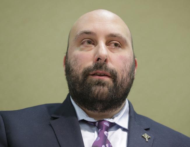 圖為受害者John Bellocchio於2日出席記者會。(美聯社)