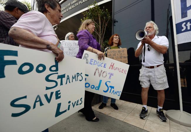 最新研究指稱,川普政府擬議修改糧食券,可能讓370萬低收入國人喪失糧食券福利。圖為民眾抗議削減糧食券。(Getty Images)