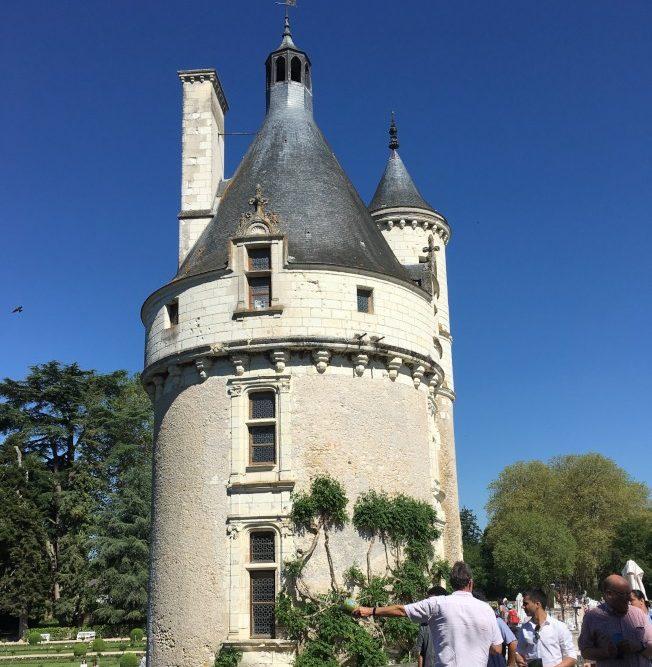 城堡前面的伯爵塔。