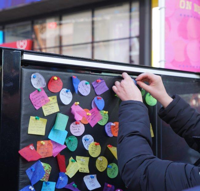 在時報廣場,民眾在彩紙上寫下的新年願望,將在跨年夜隨著燈球落下。(取自時報廣場聯盟推特)