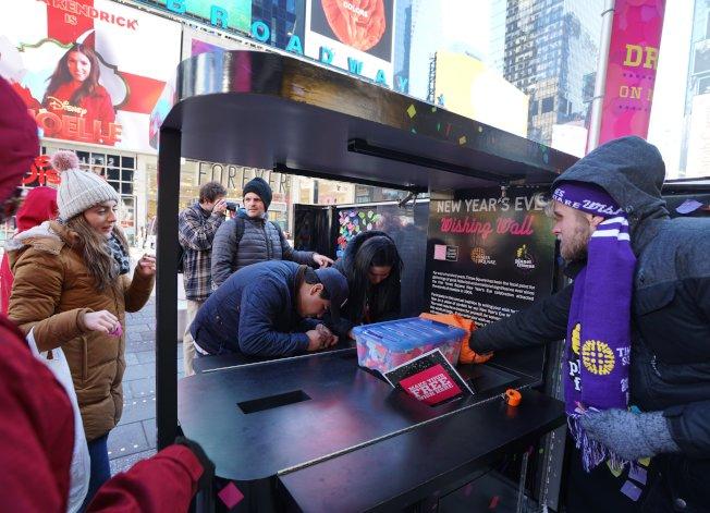 在時報廣場,民眾可在彩紙上寫下新年願望。(取自時報廣場聯盟推特)