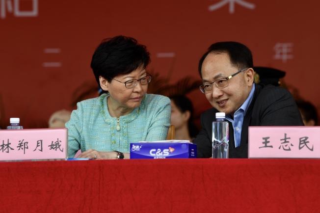 特首林鄭月娥(左)、中聯辦主任王志民(右)今年7月一起出席香港青少年軍事夏令營結業典禮。(中通社資料照片)