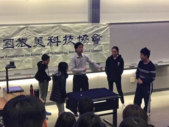 學童積極參與擲骰子遊戲。(記者王明心/攝影)