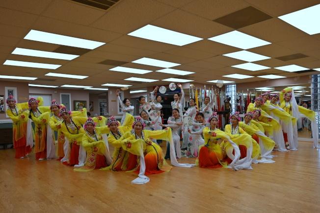 敦煌藝術團和飛天舞蹈學校感恩節前一周,最後一次彩排合影。(記者王政賢/攝影)