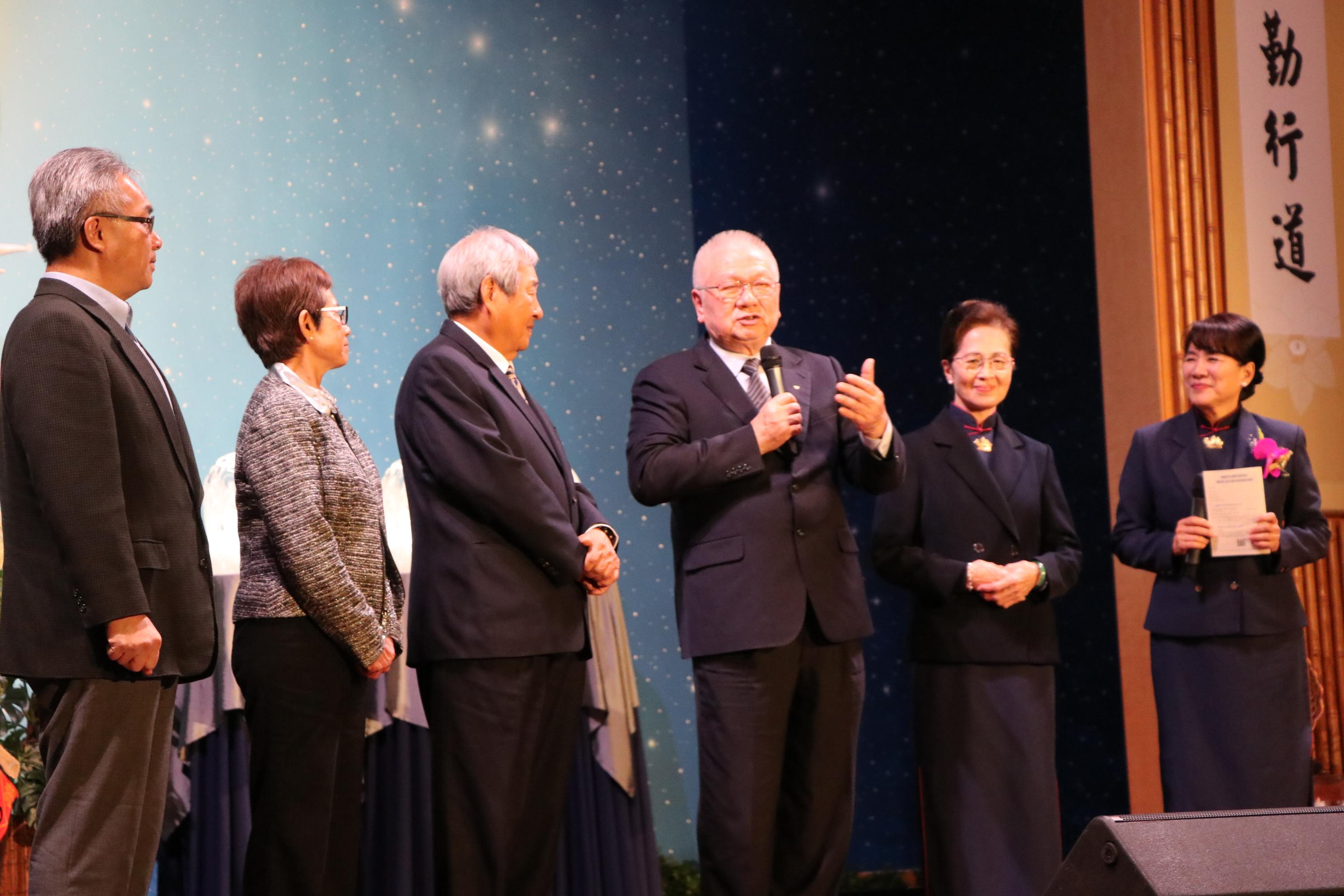 黃濟恩(右三)介紹參與救災的義工與善心人士見面。