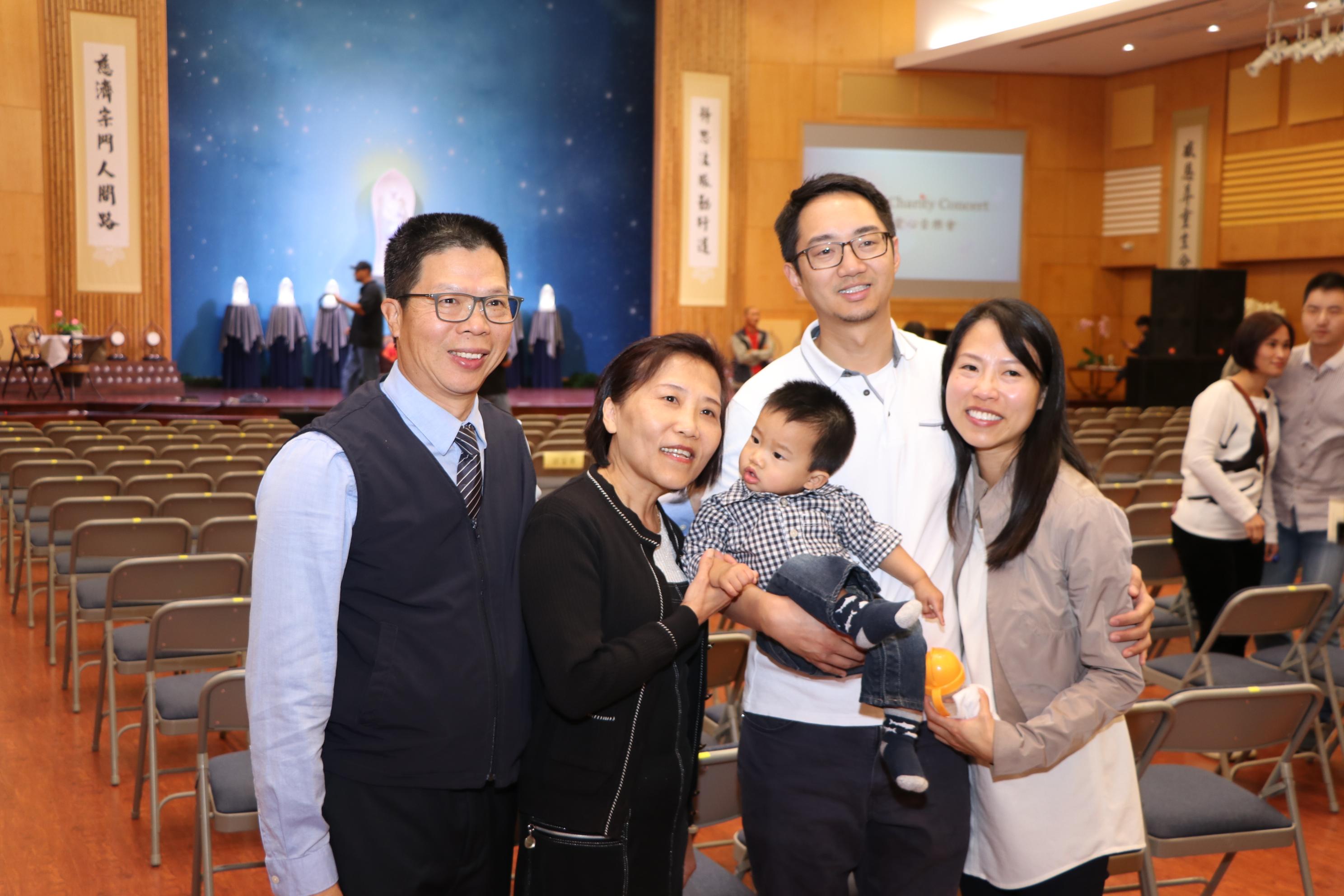美國味全公司德州分公司總經理李樂罡全家一起做愛心。
