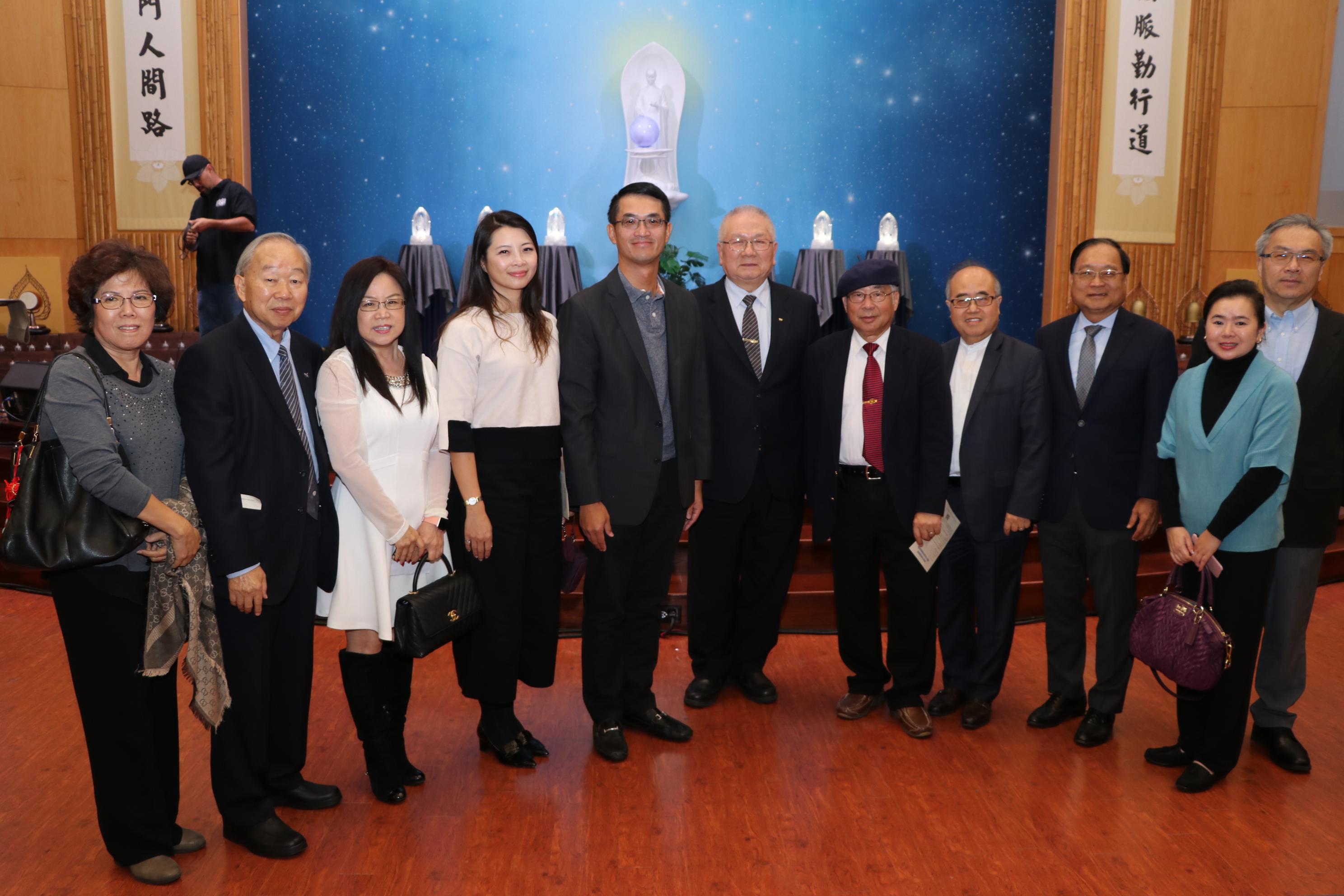 台北經文處處長陳家彥(左五)、慈濟德州分會執行長黃濟恩(左六)與多位善心人士合影。