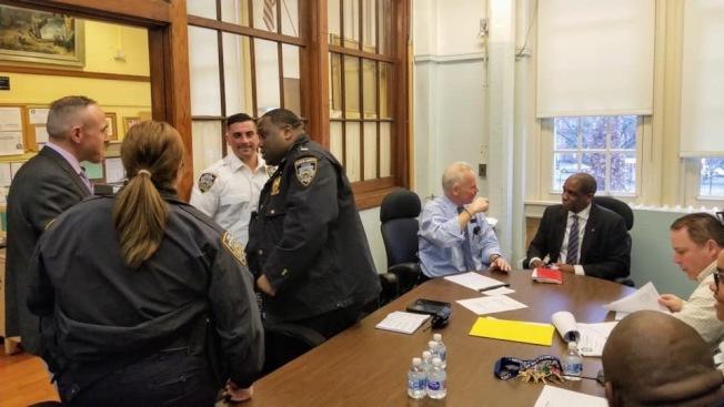崔馬克與學校負責人和轄管當地的市警會面,力求解決方案。(崔馬克辦公室提供)