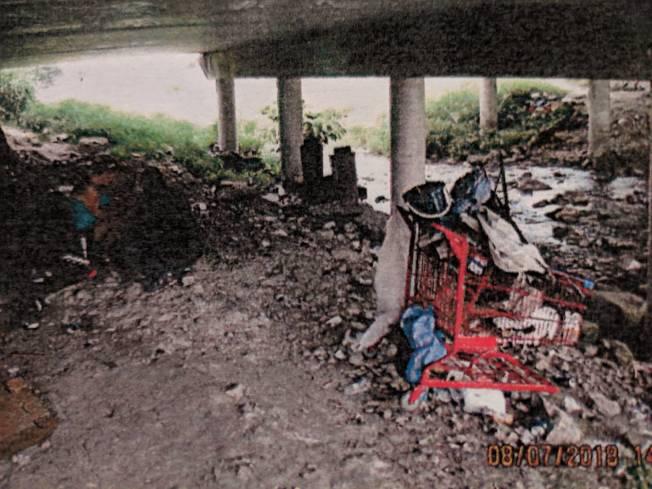 Club Creek橋下有許多遊民、罪犯聚集,成當地治安亂源。(語彙資料)