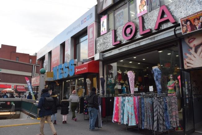 莫特港周邊有許多商場或小型商店,居民在步行距離內就可抵達健身房、超市、學校、地鐵站等設施。(記者顏潔恩/攝影)