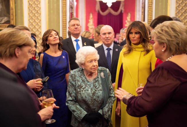 英國女王伊莉莎白3日主持北約聯盟70周年紀念晚宴,在倫敦白金漢宮招待美國第一夫人梅蘭妮亞和德國總理梅克爾。(路透)