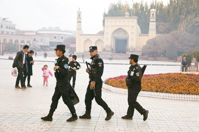 美國眾議院3日通過「維吾爾人權政策法案」,引起北京不滿。圖為新疆特警巡邏檔案照。 美聯社
