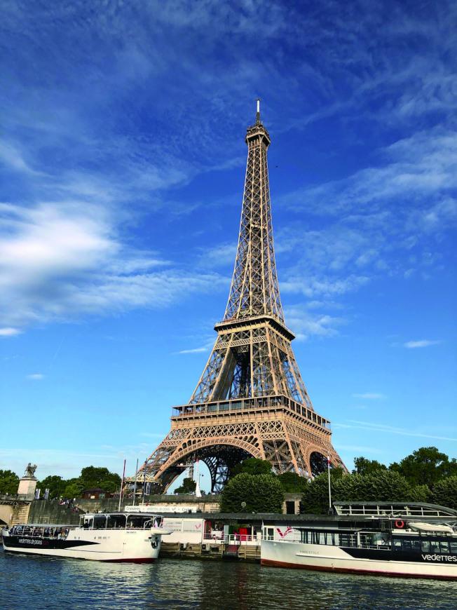 藍天白雲間的巴黎鐵塔。(典樂.圖片提供)