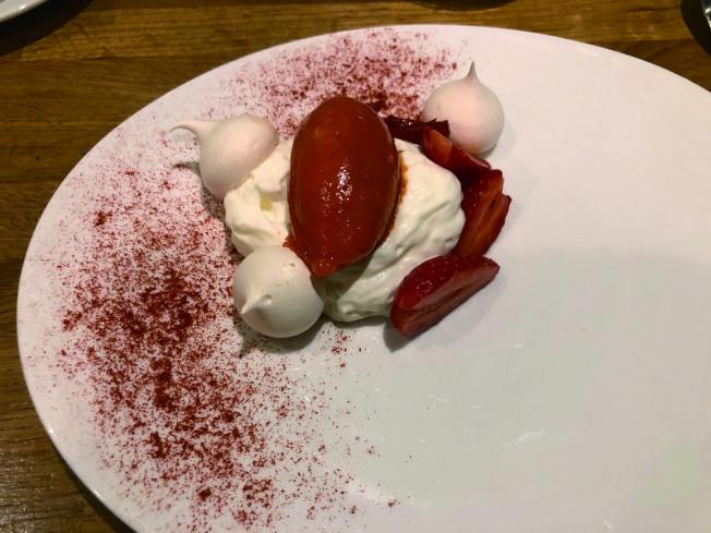 紅莓冰淇淋乳酪蛋白球。(典樂.圖片提供)