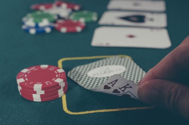 賓州一賭場接連發生兩起父母將子女獨留房內,自己去賭博的事件,其中一對父母為華裔。圖為示意圖。(Photo by Michał Parzuchowski on Unsplash)