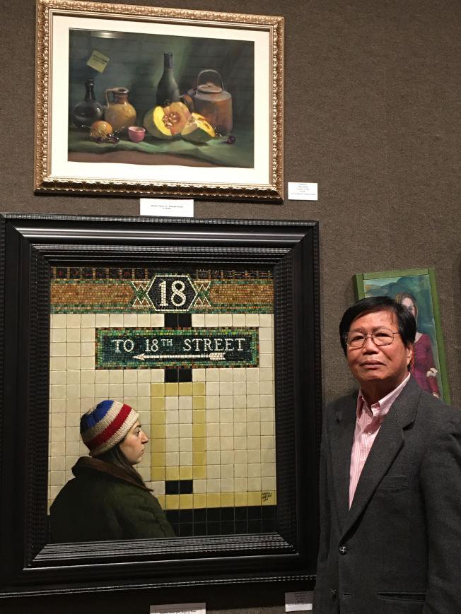張哲雄近期在「奧杜邦美術家」比賽獲獎,於作品前留影。