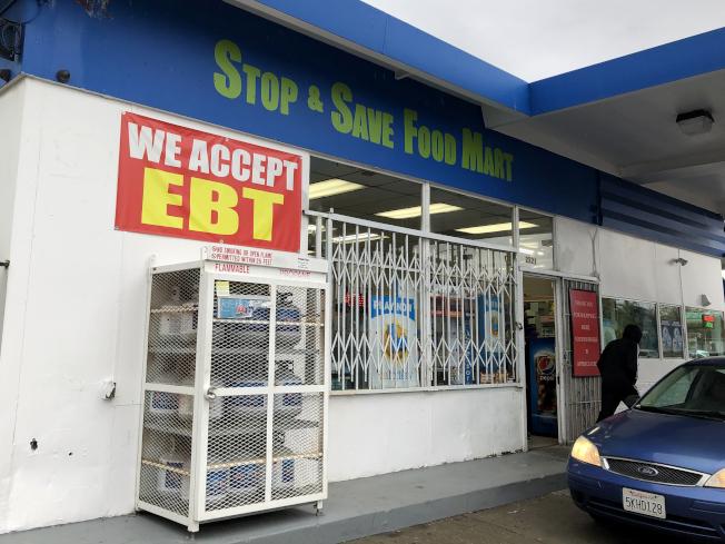 川普政府發布最後法規,68萬8000人必須在4月底前找到工作,否則可能失去糧食券。圖為加州一家小型超市牆上貼著接受糧食券市招。(Getty Images)