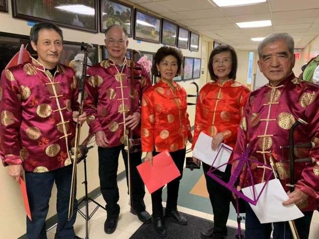 自助班傑明王子街老人中心平均年齡75歲的二胡樂團,在當日頒獎後為長者演出。(記者牟蘭/攝影)