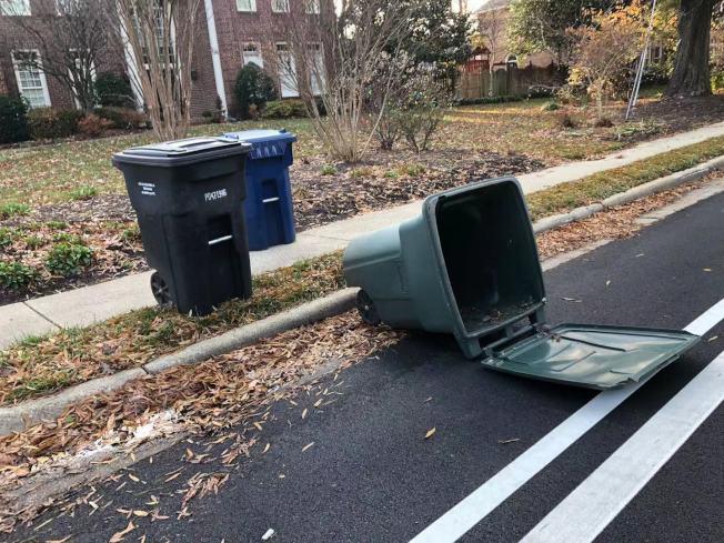 馬州人行道安全及垃圾桶放置問題引起熱議。(記者張筠 / 攝影)