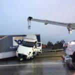 大卡車爆衝懸掛高架橋 天雨路滑失控
