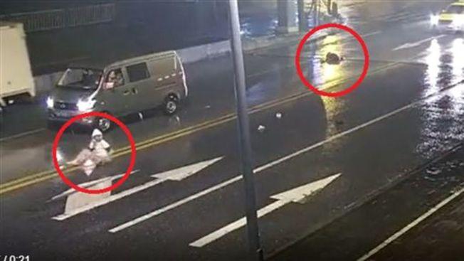轎車疾速駛來,女子閃避不及被撞飛身亡。(取材自南方都市報)
