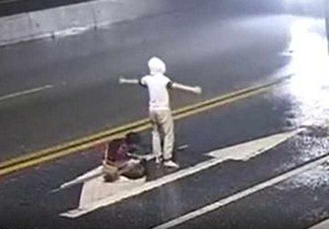 情侶在馬路中間吵架。(視頻截圖)