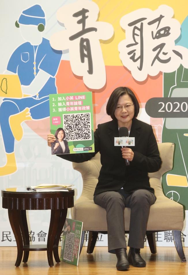 民進黨總統參選人蔡英文4日出席青年論壇,接受青年學生代表提問。(記者林俊良/攝影)