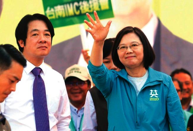 民進黨副總統參選人賴清德(左)在黨內初選時,曾要蔡英文總統(右)的網軍停止攻擊他。(本報資料照片)