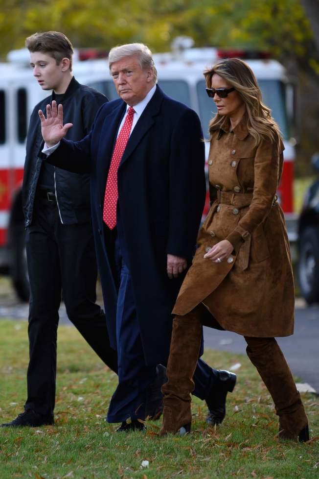 川普總統與第一夫人梅蘭妮亞上周攜子拜倫(左一),離開白宮。(Getty Images)