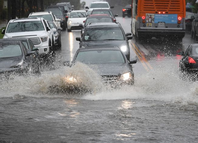 由濃密水氣形成的「大氣河」4日開始侵襲加州和亞利桑納州部分地區,使這個乾旱地帶繼續遭到遲來的潮濕季節帶來的連番豪雨肆虐。(Getty Images)