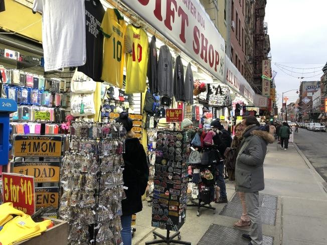 美中貿易戰與商品同質性太高,造成華埠人潮減少、商品難賣。(記者顏嘉瑩/攝影)