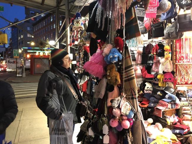 遊客在堅尼路上的禮品店選購耳罩。(記者顏嘉瑩/攝影)