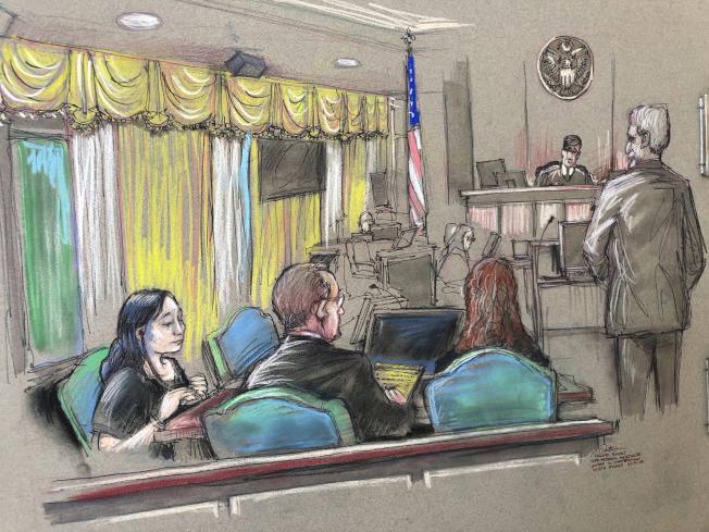 擅闖川普總統在佛州的海湖莊園的中國女商人張玉婧(左一),4日從聯邦監獄移轉至聯邦移民和海關執法局準備被遣返中國。圖為她今年4月在佛州出席審判庭的法庭素描。(美聯社)