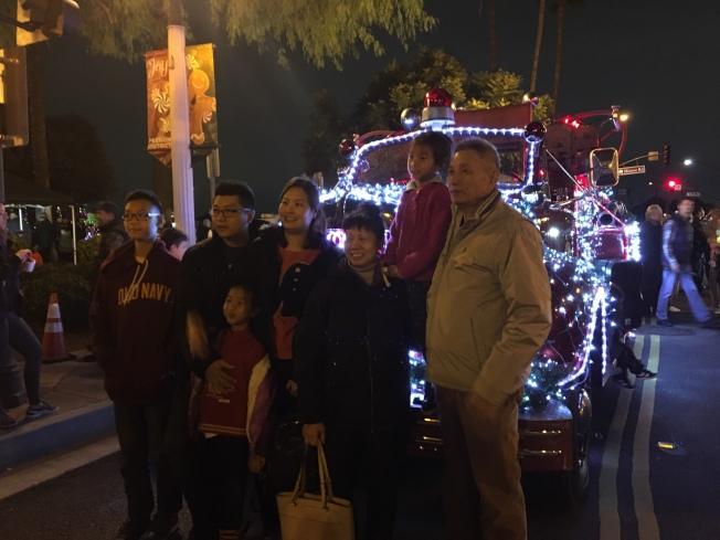 民眾在耶誕消防車前合影。(記者張宏/攝影)