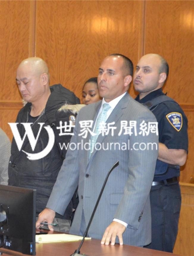 徐永傑(左一)日前認一項二級企圖謀殺等罪名後,4日被法官量刑五年,外加兩年半的庭外監管。(記者牟蘭/攝影)