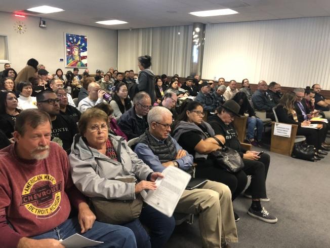 當天來了很多西裔、華裔出席市議會。(記者王若然/攝影)