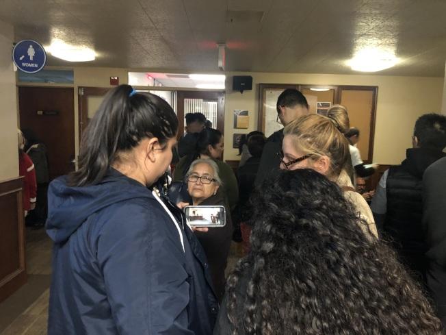 因為會議室人滿,站在外面的民眾,用手機直播觀看市議會。(記者王若然/攝影)