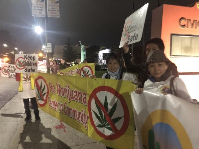大聯盟民眾在市府外抗議。(記者王若然/攝影)