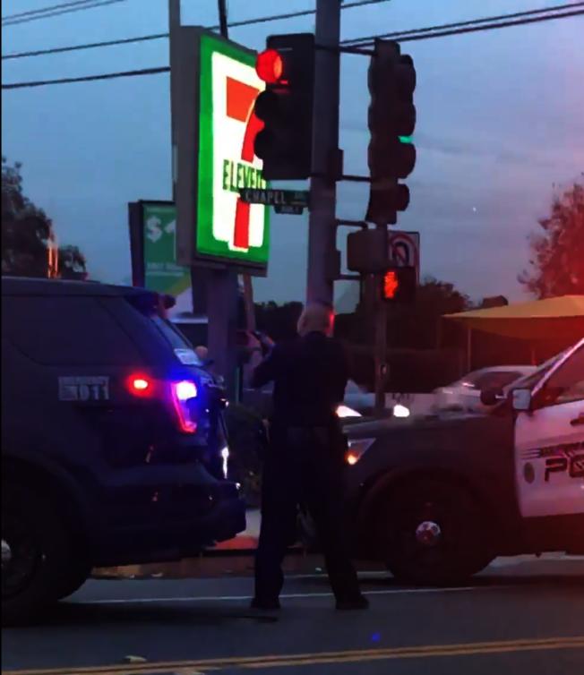 Chapel與Mission街的十字路口案件中,阿市警局警員掏槍警戒。(讀者提供)