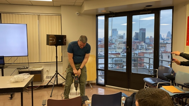 Eric Dillenberger演示施工現場將會產生的噪音情況。(記者金春香/攝影)