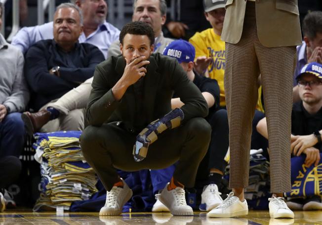 柯瑞左手骨折,只能在場邊觀戰。(Getty Images)