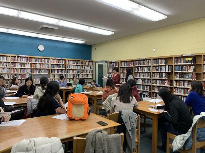 第28學區華裔家長此前招開會議尋找「校園多元化計畫」的替代方案。(記者賴蕙榆/攝影)